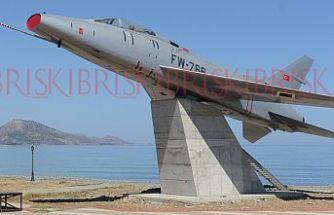 Cengiz Topel'in anıtına kullandığı  uçağın aynı modeli monte edildi