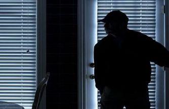 Hırsız ev sahiplerine yakalandı