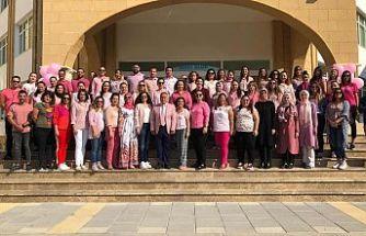 Öğretmenler, pembe giyerek meme kanserine dikkat çekti