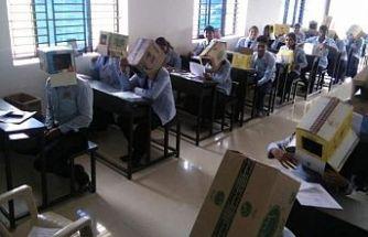 Sınavda kopya çekmesinler diye kafalarına kutu taktılar