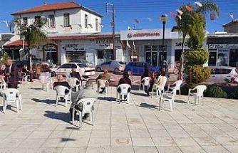 Köy meydanında sosyal mesafeli banka sırası