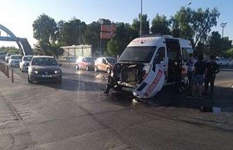 Ambulansla kamyon çarpıştı!