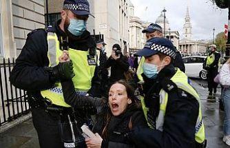 İngiltere'de polis Kovid-19 önlemleri karşıtı gösteriye müdahale etti