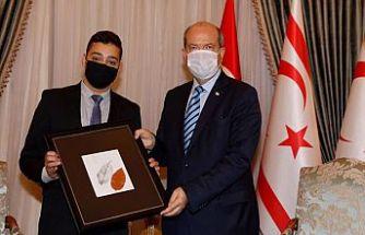 Cumhurbaşkanı Ersin Tatar, Mert Yalın'ı kabul ederek, ödülünü takdim etti