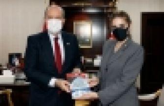 Emete Gözügüzelli, kitabını Tatar'a takdim etti