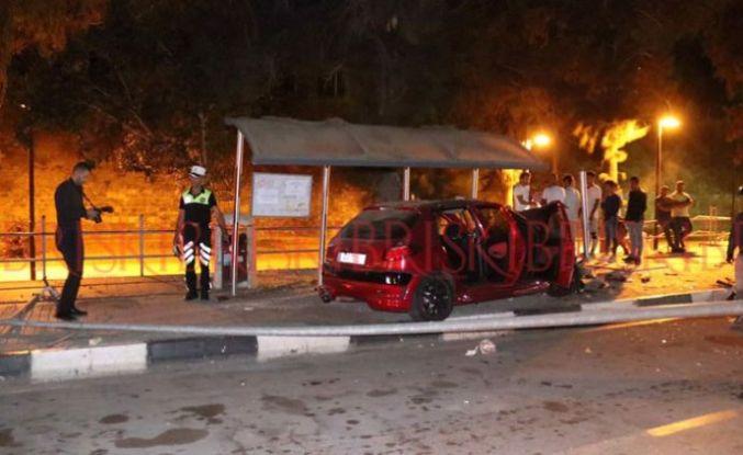 Otomobil durağa daldı, dört genç yaralandı